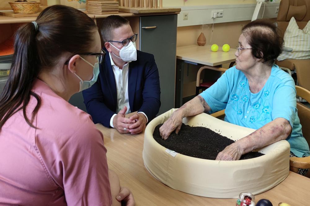 CDU-Bundestagsabgeordneter Tino Sorge spricht mit Patientin.