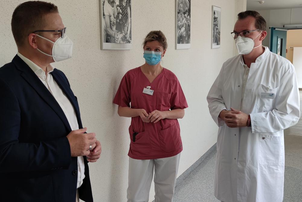 CDU-Bundestagsabgeordnete Tino Sorge spricht mit Therapieleiterin Undine Semper und Chefarzt Stefan Schütze