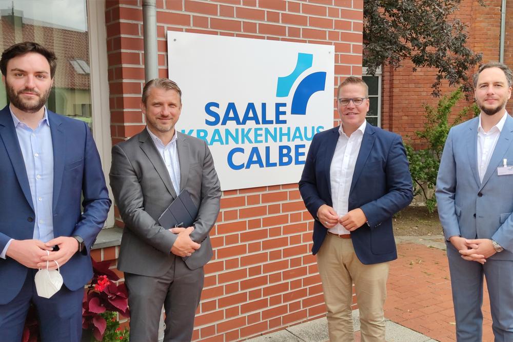 Gruppenbild mit Gernot C. Nahrung (Geschäftsführer BBMV), Calbenser Bürgermeister Sven Hause, CDU-Bundestagsabgeordneter Tino Sorge und Dr. Kristian Koch (Geschäftsführer Saale-Krankenhaus Calbe)